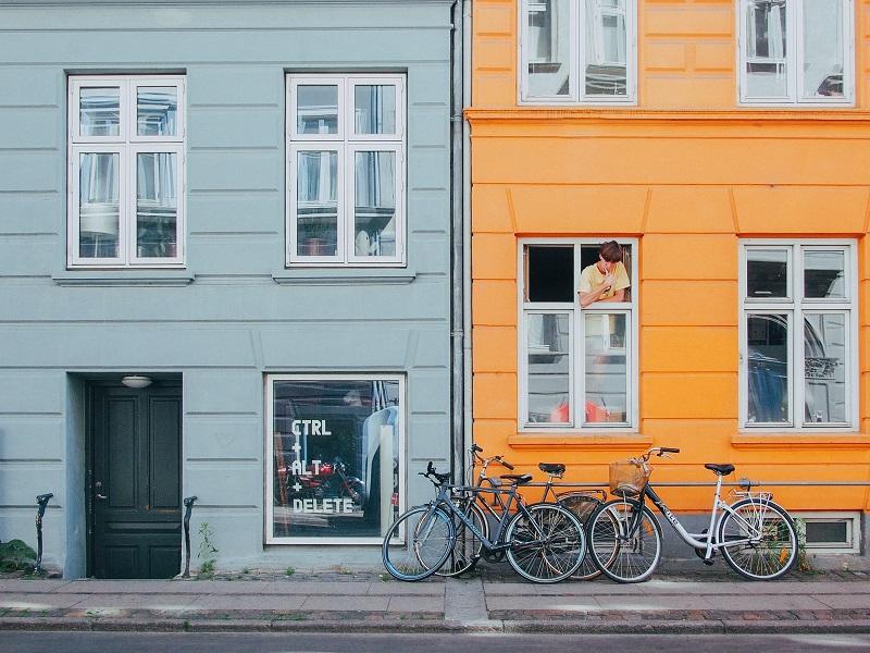 Färgglada hus med stora fönster