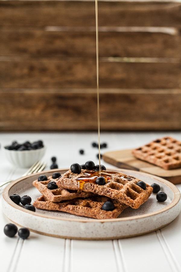 frukost bestående av våfflor och blåbär