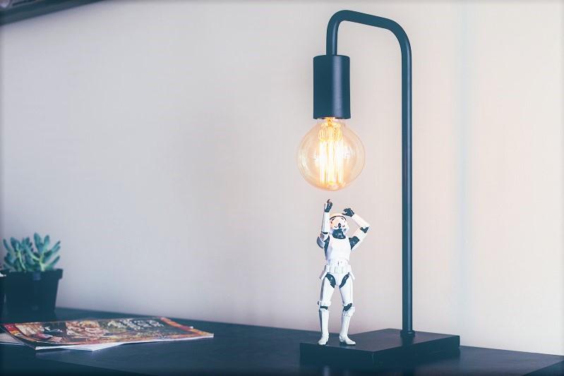 Glödlampa och en stormtrooper-figur från Star Wars.