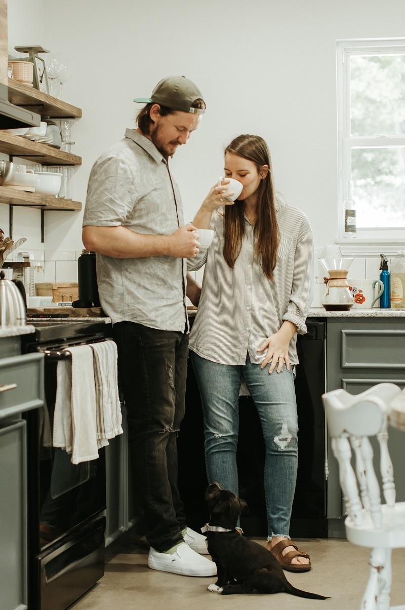 Par njuter av kaffe i sitt lantliga kök