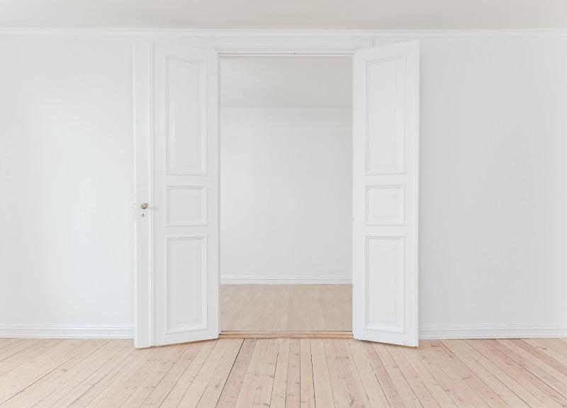 Innerdörr i trä som är målad vit.